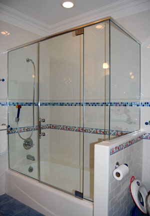 Frameless corner tub enclosure